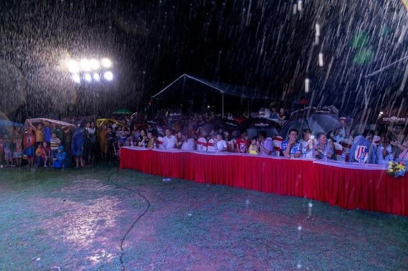 Hàng ngàn người lớn, trẻ nhỏ đội mưa xem Thúy Nga, Phan Thị Mơ - ảnh 1