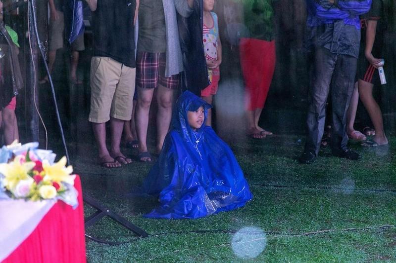 Hàng ngàn người lớn, trẻ nhỏ đội mưa xem Thúy Nga, Phan Thị Mơ - ảnh 3