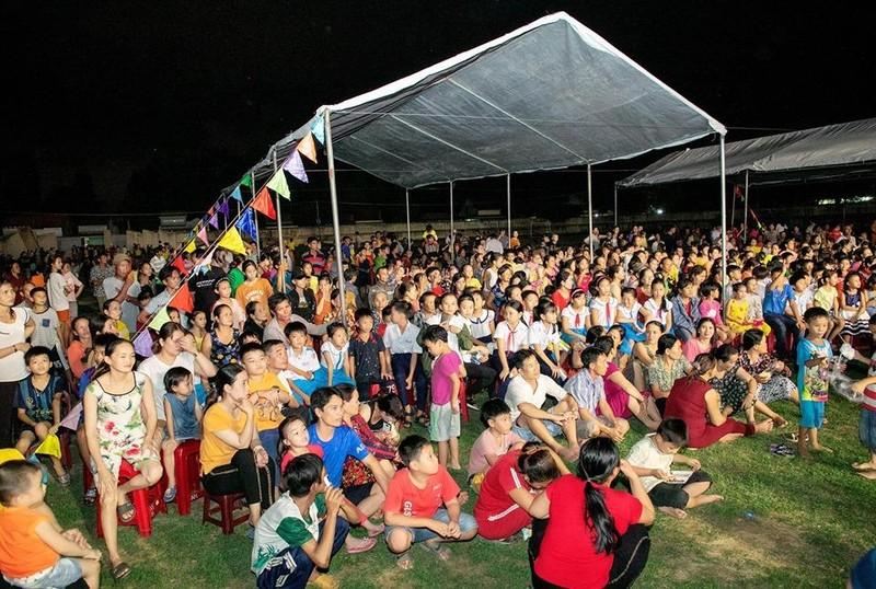 Hàng ngàn người lớn, trẻ nhỏ đội mưa xem Thúy Nga, Phan Thị Mơ - ảnh 2