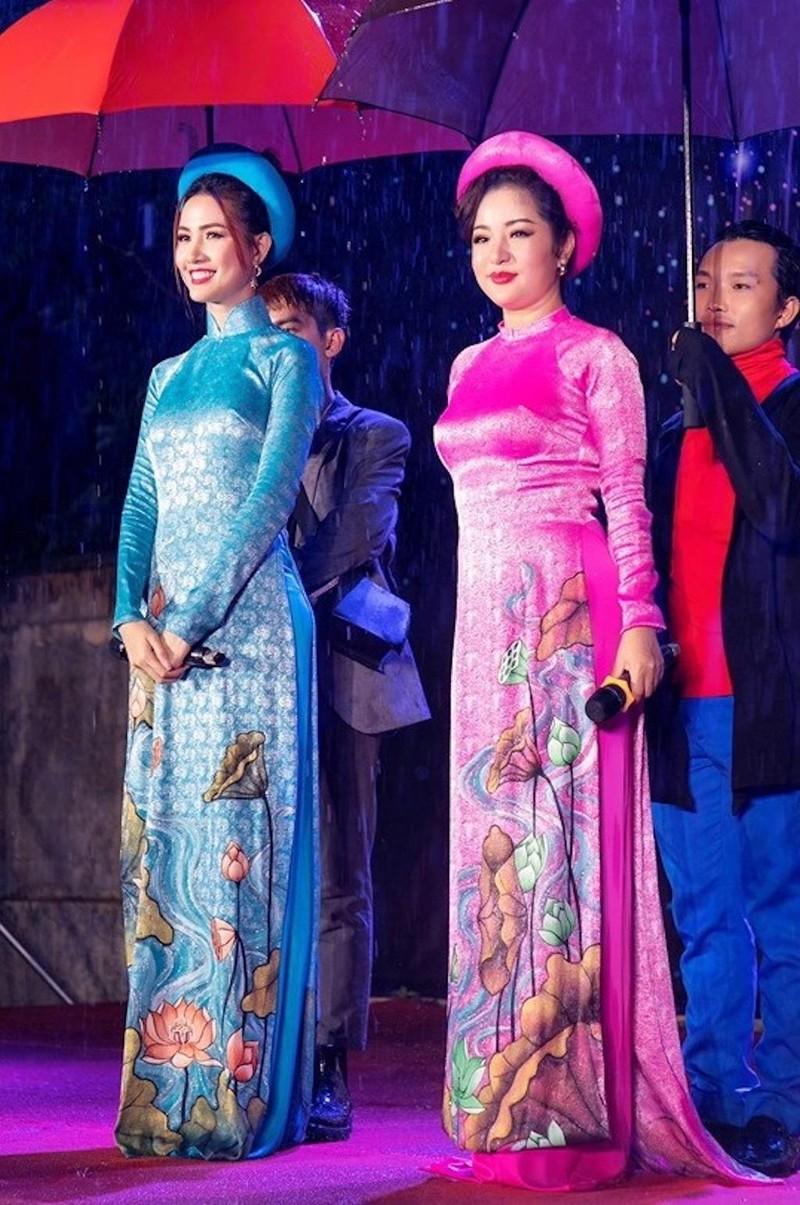 Hàng ngàn người lớn, trẻ nhỏ đội mưa xem Thúy Nga, Phan Thị Mơ - ảnh 5