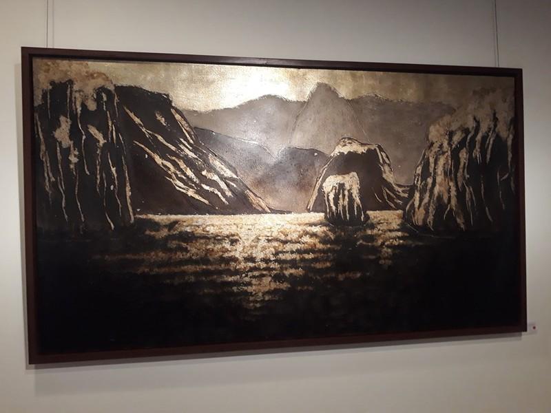 'Thở' sáng tạo tranh sơn mài trên vải của họa sĩ Hiền Nguyễn - ảnh 1