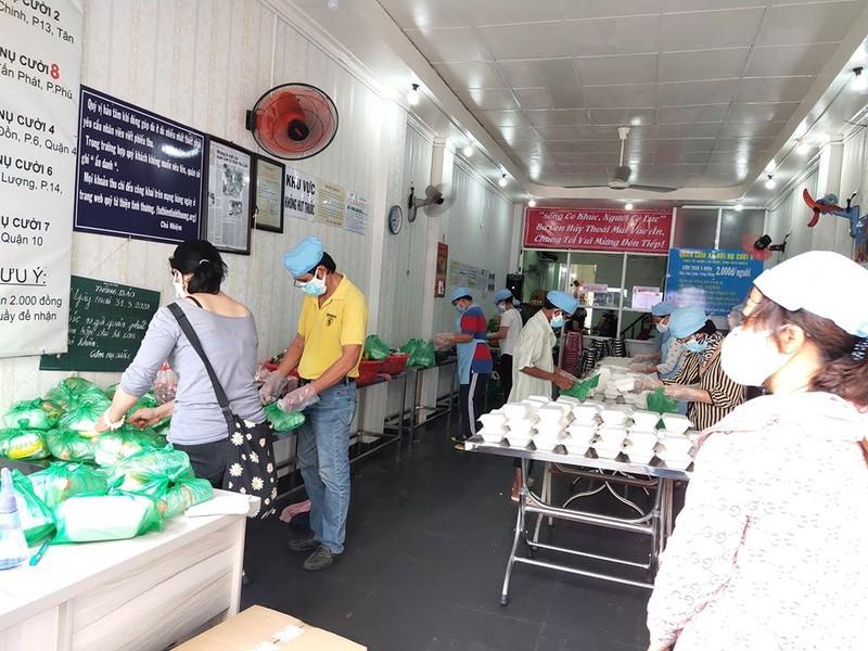 Người dân TP.HCM làm từ thiện trong mùa dịch - ảnh 3