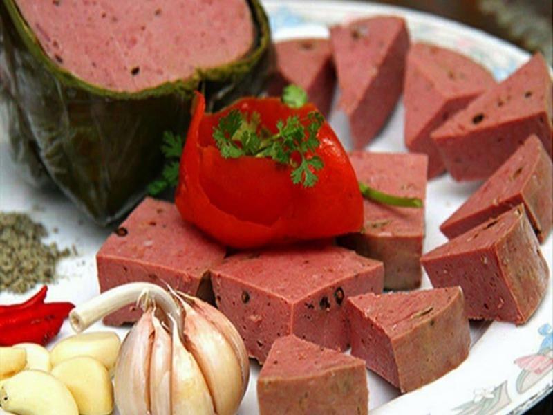Chả bò Đà Nẵng ngon, ăn nhất mùi lá chuối nấu chín gói chả - ảnh 1