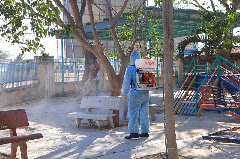Ninh Thuận tất bật phun thuốc khử trùng chống dịch COVID-19 - ảnh 6