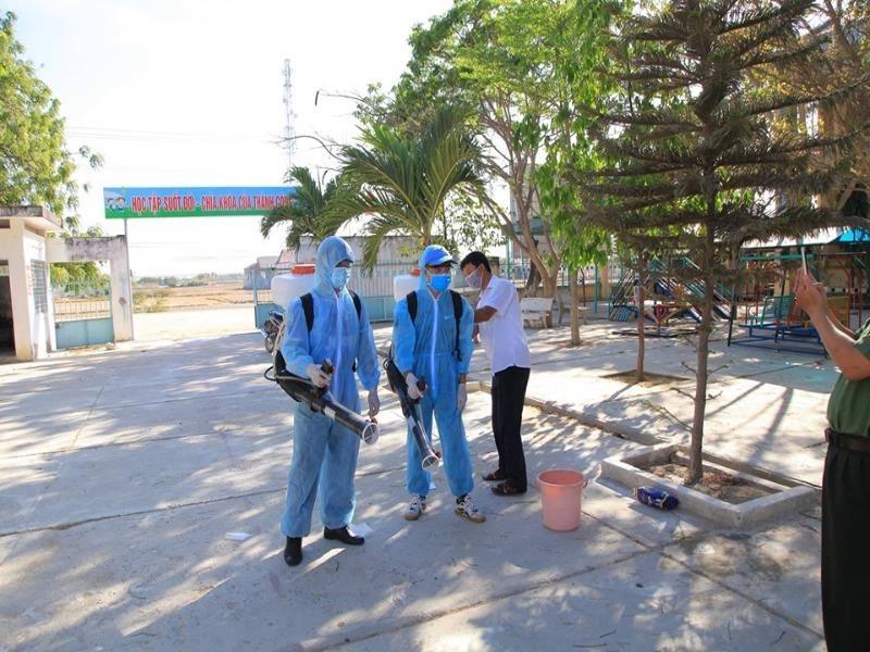 Ninh Thuận tất bật phun thuốc khử trùng chống dịch COVID-19 - ảnh 1
