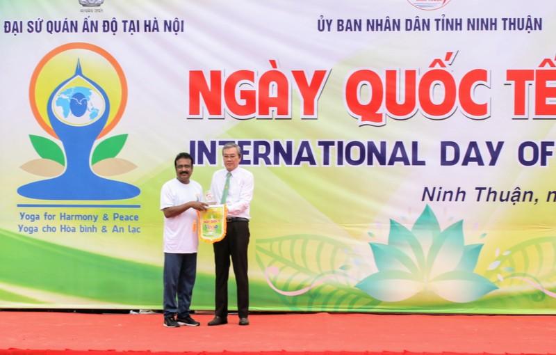 Gần 1.000 người đồng diễn 'Ngày quốc tế Yoga' tại Ninh Thuận  - ảnh 1