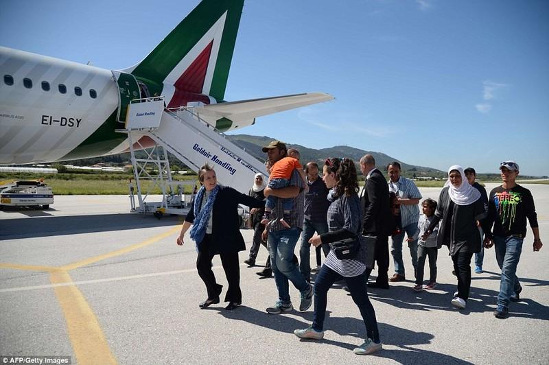 Giáo hoàng Francis mang 12 người tị nạn ở Hy Lạp về Ý - ảnh 2