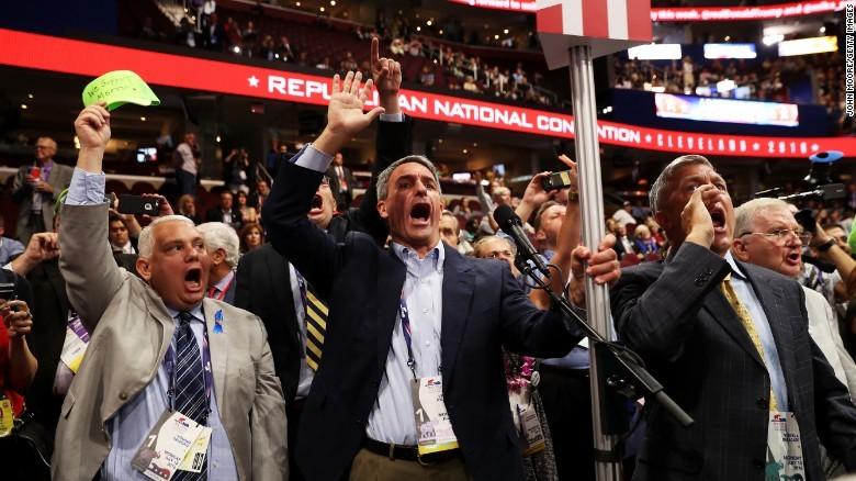 Các đại biểu chống Trump phản đối tại đại hội.