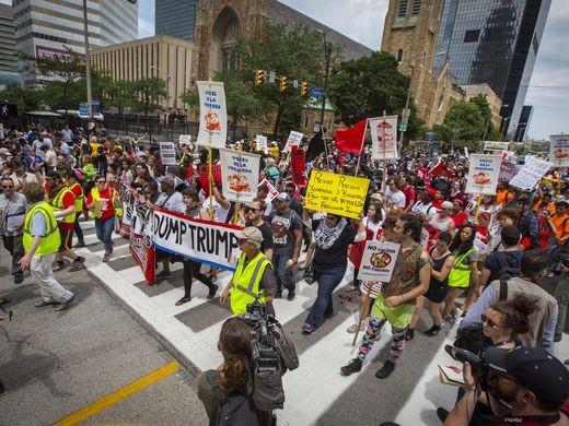 Biểu tình phản đối Trump trên đường phố Cleveland ngày 18-7.