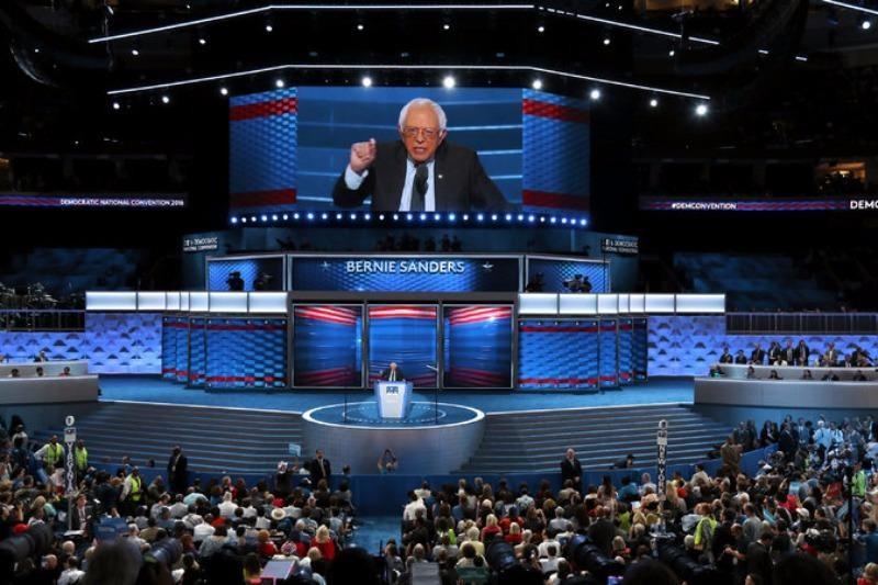 Ông Bernie Sanders phát biểu tại đêm khai mạc đại hội đảng Dân chủ 25-7 tại TP Philadelphia (Mỹ).