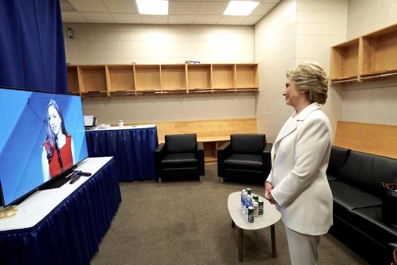 Bà Clinton ngắm con gái Chelsea Clinton giới thiệu phần phát biểu của bà từ phòng chờ.