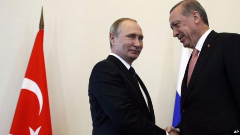 Tổng thống Nga Putin (trái) chào mừng Tổng thống Thổ Nhĩ Kỳ Erdogan đến thăm Nga ngày 9-8.