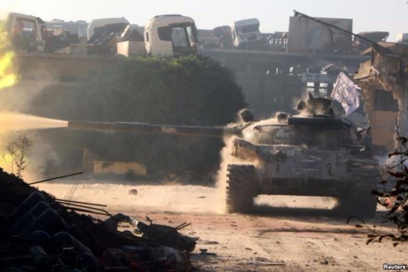 Xe tăng phe nổi dậy Syria bị bắn cháy ở TP Aleppo (Syria) ngày 2-8.