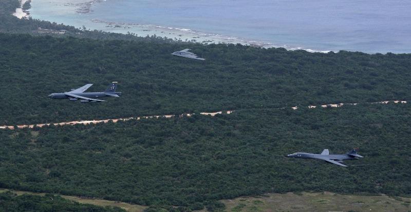 Các máy bay ném bom chiến lược B-52 Stratofortress, B-1 Lancer và B-2 Spirit trên bầu trời Guam sau khi cất cánh từ căn cứ không quân Andersen ngày 17-8