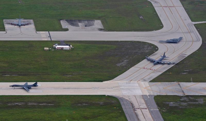 Ba máy bay ném bom lược B-52 Stratofortress, B-1 Lancer và B-2 Spirit trên đường băng sân bay căn cứ không quân Andersen ngày 17-8.