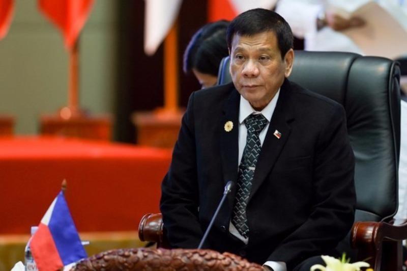 Tổng thống Duterte đã đổi sang trang phục vest vào ngày hội nghị thứ hai 7-9.