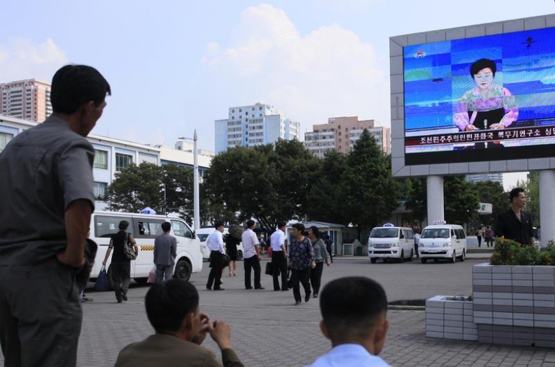 Người dân Bình Nhưỡng (Triều Tiên) xem truyền hình nhà nước thông báo về vụ thử hạt nhân lần 5 ngày 9-9.