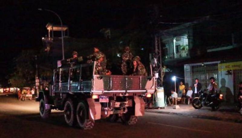 Xe tải chở lính thuộc lực lượng cận vệ thủ tướng chạy đến trụ sở đảng CNRP tối 12-9.
