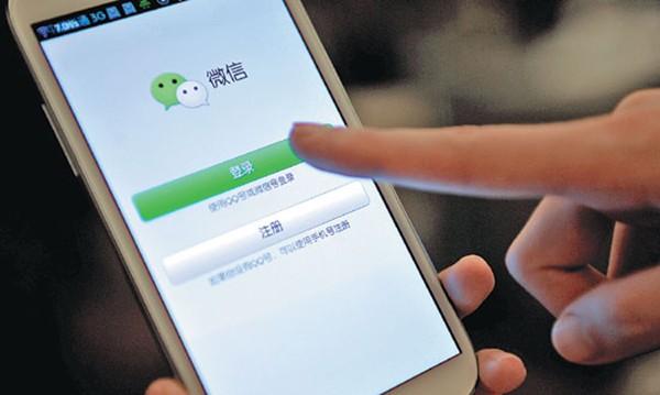 Sử dụng phần mềm trò chuyện WeChat trên điện thoại.