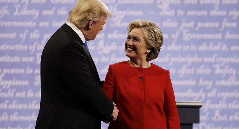 Bà Clinton và ông Trump bắt tay trước khi bước vào cuộc tranh luận tối 26-9.