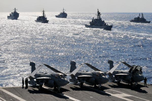 Tàu của hải quân Mỹ và lực lượng phòng vệ bờ biển Nhật trong một cuộc tập trận chung ở đảo Okinawa (Nhật) năm 2010.