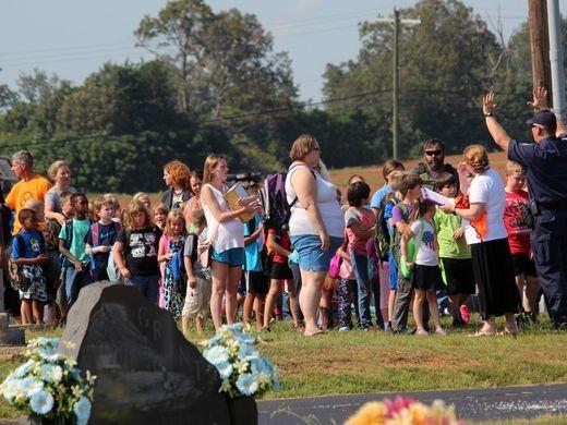 Học sinh được tập trung sơ tán về một nhà thờ gần trường sau vụ xả súng.