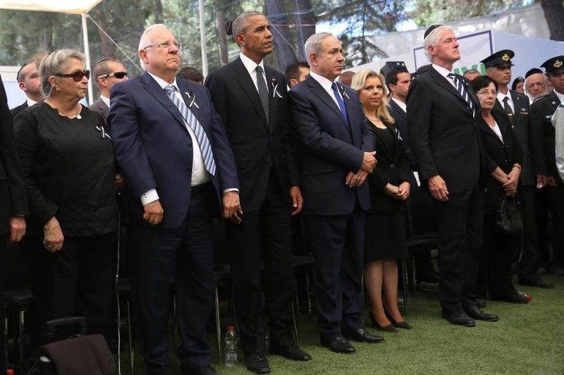 Tổng thống Obama (thứ 3 từ bên trái) và cựu Tổng thống Clinton (thứ 6 từ bên trái) tại lễ tang cựu Tổng thống Israel Peres ở Jerusalem ngày 30-9.