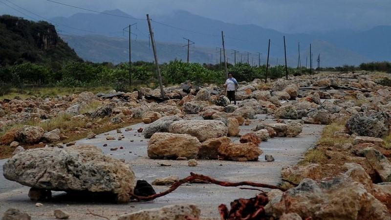 Đá đổ ra đường ở thị trấn Baracoa (tỉnh Guantanamo, Cuba) vì bão Matthew.