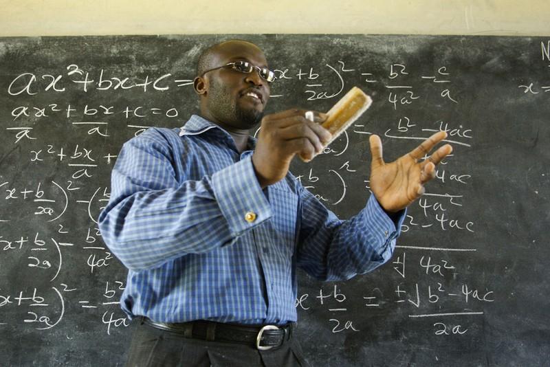 Thầy giáo Winston Mills-Compton dạy toán tại trường nam sinh Mfantsipim ở TP Cape Coast (trung Ghana).