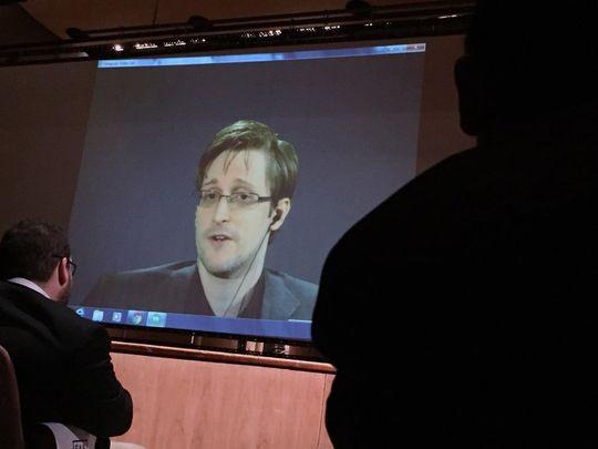 Edward Snowden (giữa) nói trong một hội nghị qua điện thoại với người Mỹ tại Johns Hopkins (Mỹ) ngày 17-2.
