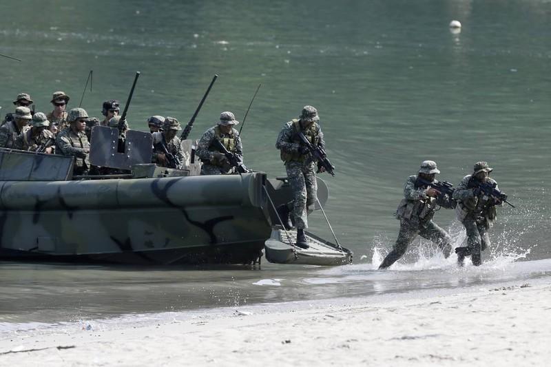 Lính thủy Mỹ và Philippines trong một cuộc tập trận chung ở nam Manila tháng 10-2015.