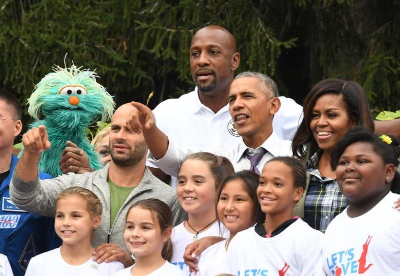 Vợ chồng Tổng thống Obama chụp hình chung với cầu thủ bóng rổ giải nghệ Alonzo Mourning (trên cùng), phi hành gia Sam Kass (trái), các diễn viên Seseme Street.