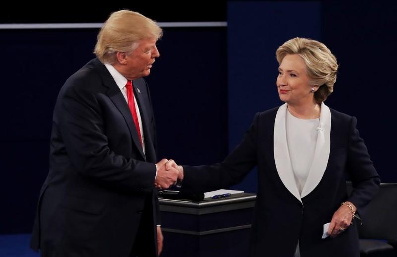 Hai đối thủ bắt tay khi kết thúc tranh luận.