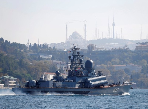 Tàu hộ tống trang bị tên lửa Mirazh từ eo biển Bosphorus (Thổ Nhĩ Kỳ) trên đường đến Địa Trung Hải, ngày 7-10.