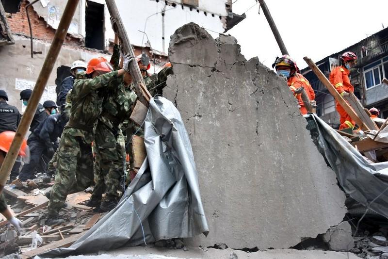 Nhân viên cứu hộ đang tìm kiếm người sống sót sau vụ sập nhà hàng loạt ở TP Ôn Châu (tỉnh Chiết Giang, Trung Quốc) ngày 10-10.