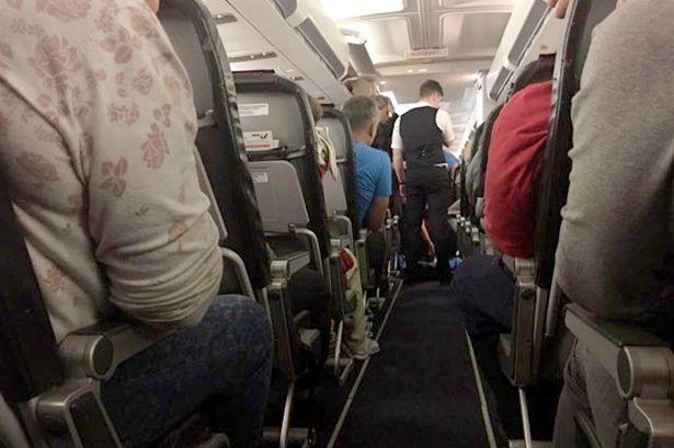 Người phụ nữ chết sau khi máy bay cất cánh được 45 phút do cất thuốc điều trị trong hành lý trong khoang.