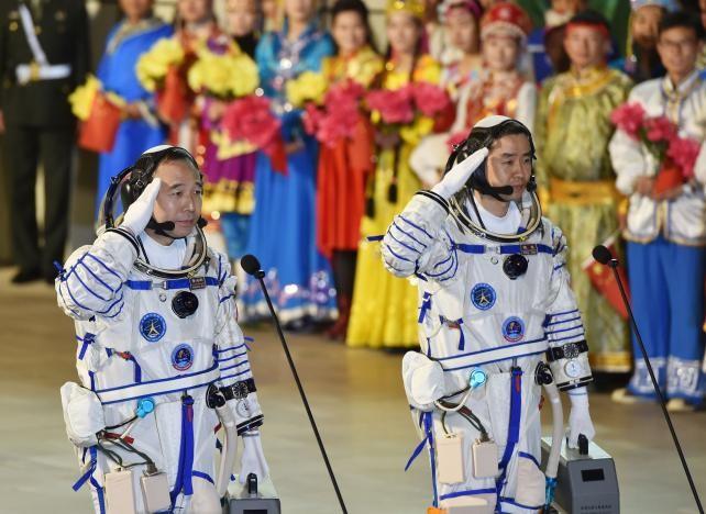 Hai phi hành gia Trung Quốc trước khi lên phi thuyền Thần Châu 11 tiến vào vũ trụ sáng 17-10.