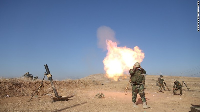 Lực lượng Iraq nã pháo tấn công IS từ ngoại ô Mosul.