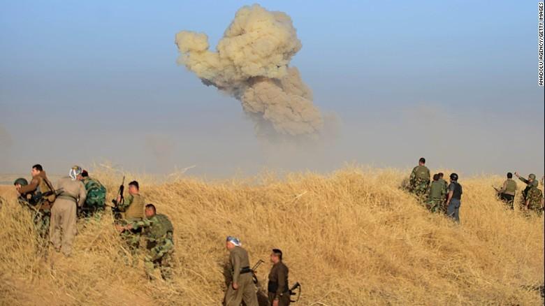 Khói bốc lên vì IS đánh bom tự sát nhắm vào lực lượng người Kurd trong ngày 17-10.