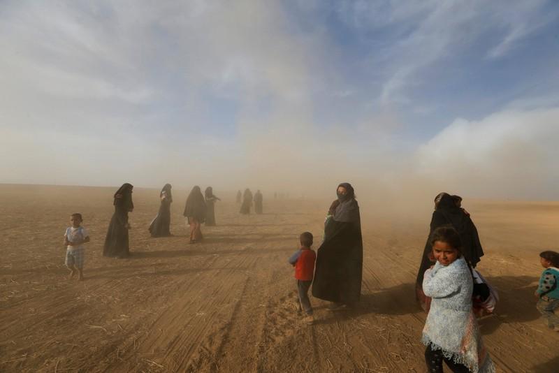 Người dân trở về nhà ở vùng ngoại ô phía nam Mosul ngày 21-10 sau khi khu vực này được giải phóng khỏi IS.