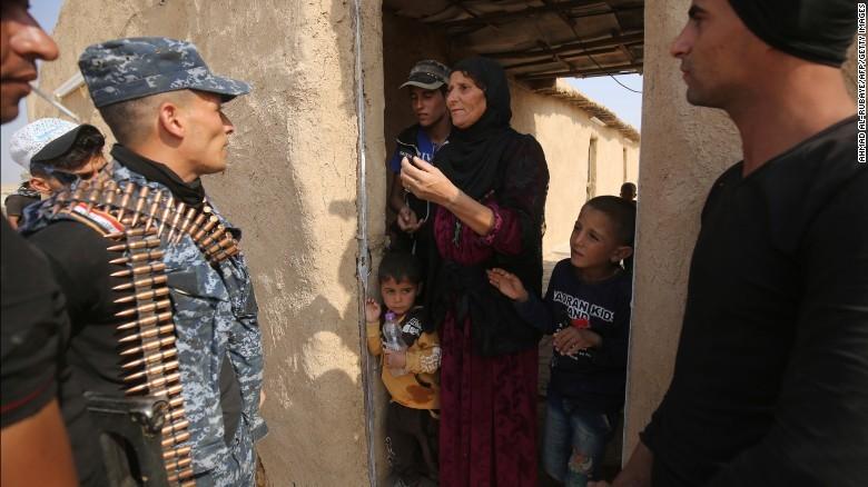 Quân Iraq gặp gỡ người dân làng al-Khuwayn, ngoại ô phía nam Mosul sau khi chiếm lại làng này từ IS ngày 23-10.