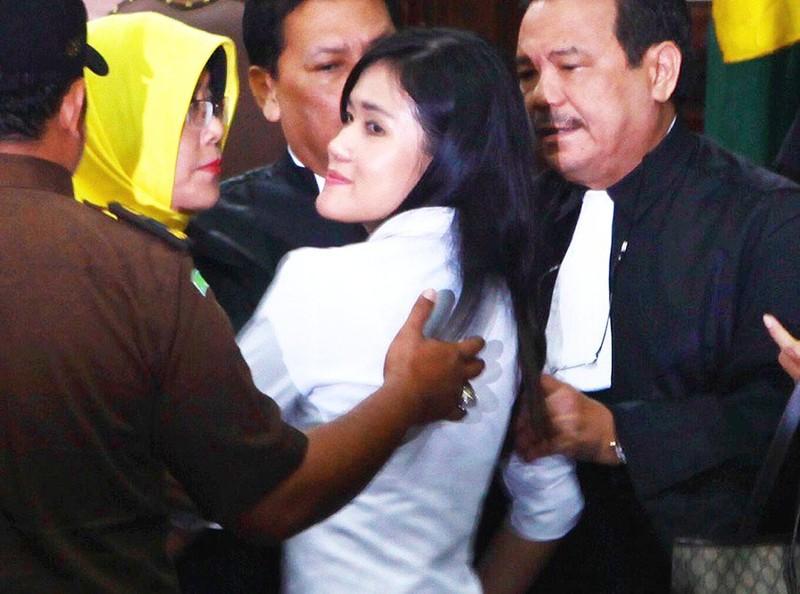 Jessica Kumala Wongso và luật sư sau khi thẩm phán đọc phán quyết tuyên án 20 tù giam.