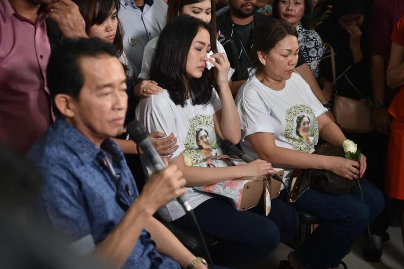 Cha mẹ và em gái song sinh của nạn nhân Salihin tại phiên tòa.