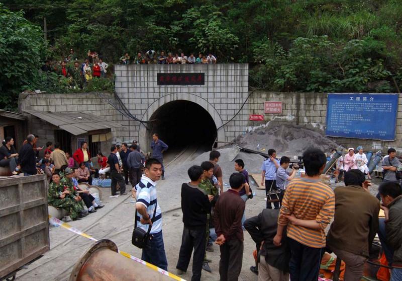 Mọi người ngóng chờ tin tức bên ngoài hầm mỏ bị nạn.