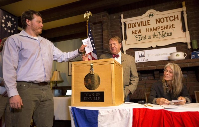 Anh Clay Smith ở làng Dixville Notch là người đầu tiên bỏ phiếu bầu tổng thống 2016 trong ngày bầu cử 8-11.