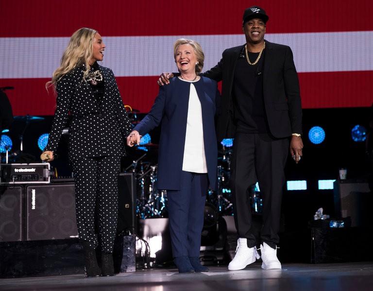 Thậm chí ca sĩ Beyonce và chồng là ca sĩ Jay-Z cũng mặc trang phục vest khi biểu diễn tại một buổi vận động của bà Clinton tuần trước.