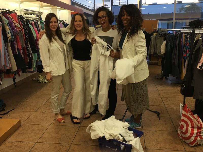 Phụ nữ Mỹ rủ nhau tìm mua và mặc vest Clinton.
