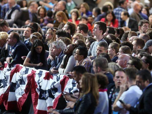 Người ủng hộ bà Clinton hồi hộp theo dõi kết quả bầu cử tại Mỹ đêm 8-11.