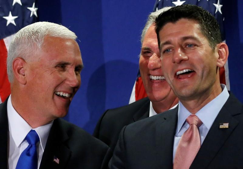 Chủ tịch Hạ viện Paul Ryan (đảng Cộng hòa, phải) cười to khi ứng viên phó tổng thống Cộng hòa Mike Pence (trái) hỏi lý do mình chỉ trích Donald Trump, trong một cuộc họp báo của đảng Cộng hòa hồi tháng 9.