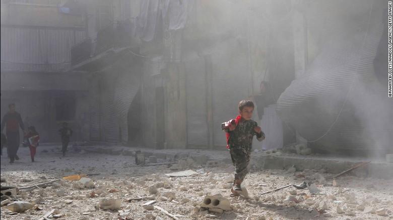 Trẻ em Aleppo chạy khỏi khu vực đánh bom ngày 16-11.